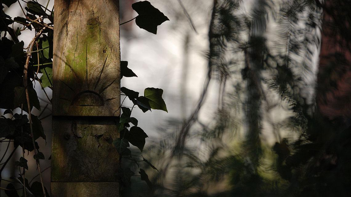 Ein christliches Symbol auf einem nicht-kirchlichen Friedhof: Der Sonnenaufgang steht für die Auerstehung von Jesus Christus.