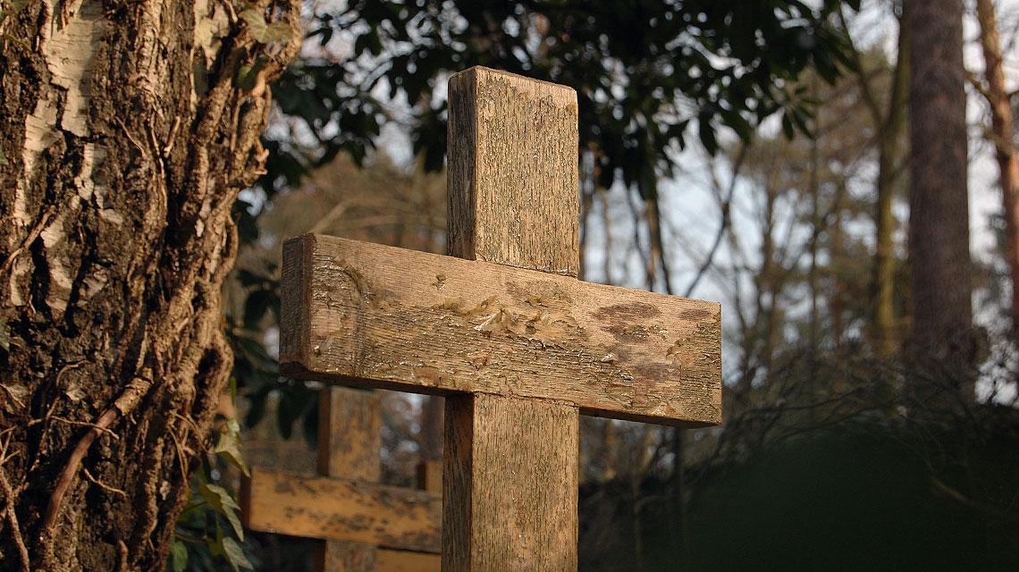 Schlichte Holzkreuze kennzeichnen die Gräber der Selbstmörder.